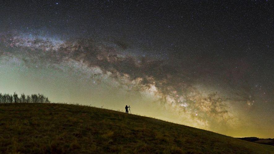 Un fotógrafo se coloca bajo las estrellas del área protegida del paisaje nacional Zselic, Hungría.